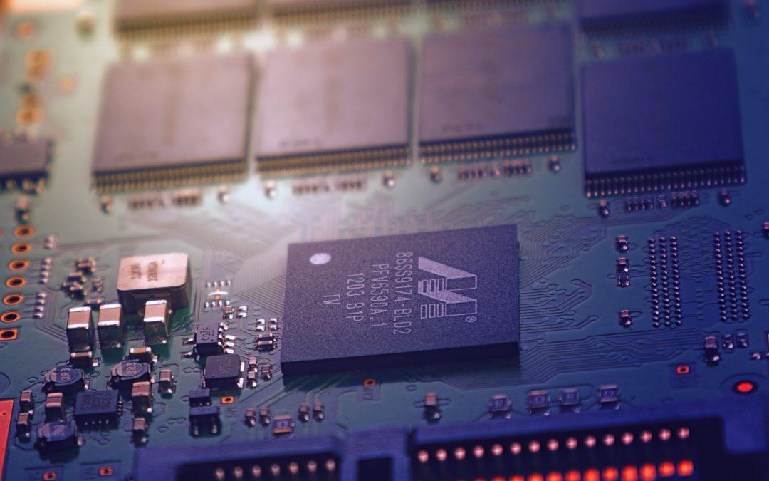 Biała księga AI, czyli jak Komisja Europejska chce regulować Dziki Zachód technologii AI
